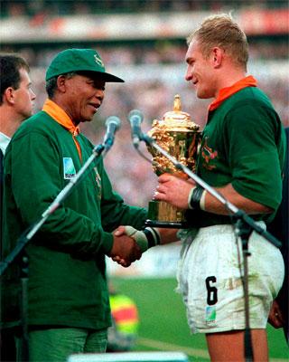 Mandela y el capitán de la selección surafricana de rugby, François Pienaar, tras ganar el Mundial en 1995. REUTERS