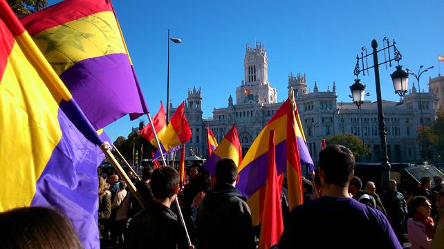 Los manifestantes a favor de la República, concentrados en Cibeles, antes de iniciar su marcha hacia la Puerta del Sol.