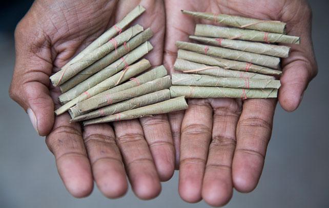 Los bidis son la solución barata para quienes fumar es al mismo tiempo un gusto y un lujo.