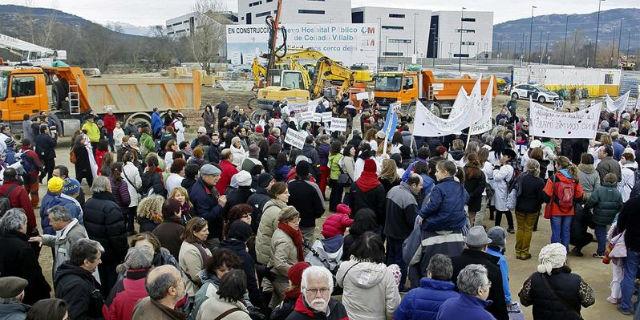Cientos de personas protestaron hoy frente al hospital cerrado de Collado Villalba. EFE