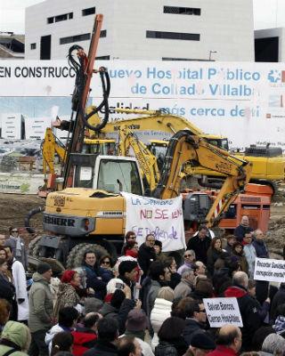 La 'marea blanca' colgó carteles de las máquinas que construyeron el hospital privatizado. EFE