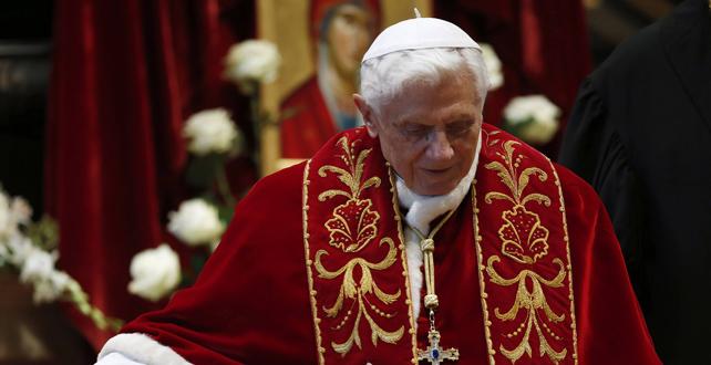 El Papa renuncia por falta de fuerzas, según confesó él mismo.