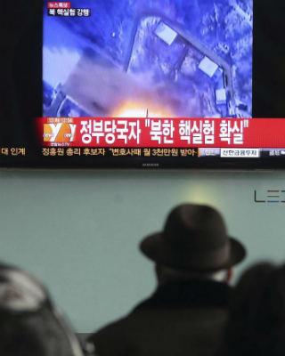 Varias personas observan la televisión donde aparece el centro nuclear norcoreano en una estación en Seúl. EFE/ Yonhap