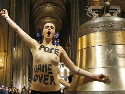 El grupo Femen ha celebrado en París la renuncia del Papa. Reuters