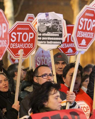 Marcha contra los desahucios, ayer, en Zaragoza.EFE