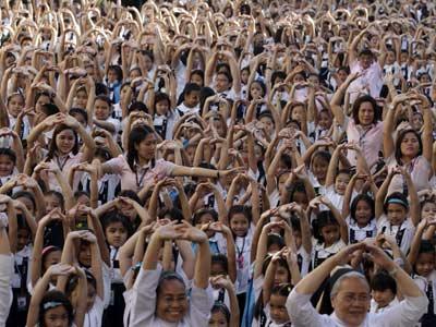 Miles de mujeres bailan durante el comienzo de la campaña global 'One Billion Rising' en el día de San Valentín, en Manila, Filipinas.