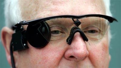 señor portando dispositivo de ojo biónico