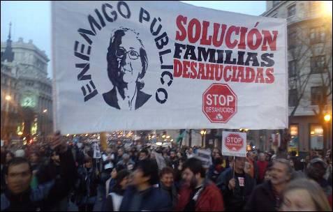 'Solución familias desahuciadas', reza una pancarta en Madrid. -AB