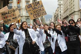 Asistentes a la manifestación en defensa de la sanidad pública en Barcelona.