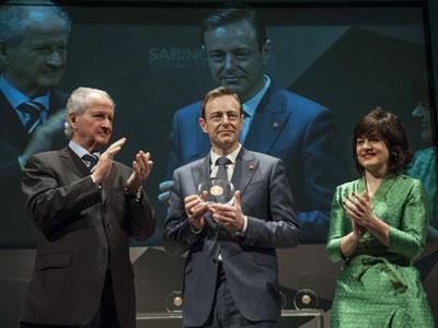 El político flamenco Bart de Wever (centro), fue premiado hace unos días por la Fundación Sabino Arana. EFE/MIGUEL TOÑA