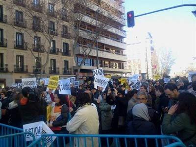 Las unidades antidisturbio han contenido a los manifestantes en el inicio de la calle Génova.