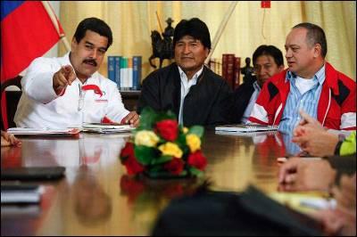 El vicepresidente Nicolás Maduro junto al presidente de Bolivia, Evo Morales, quien ayer visitó Venezuela para ver a Chaves.