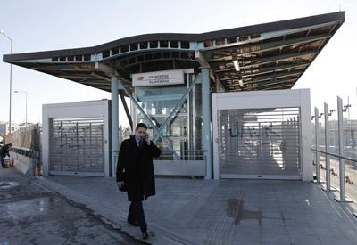 Una estación de tren de cercanías cerrada por la huelga en Atenas.