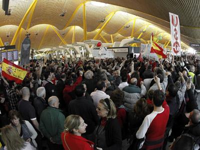 os trabajadores de Iberia se concentraron en la terminal T4 del aeropuerto de Madrid-Barajas hoy, jornada en la que concluye el primer ciclo de cinco jornadas de paro seguidas de un total de quince convocadas por los sindicatos de la aerolínea en contra del plan de ajuste