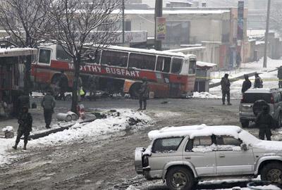 Soldados afganos inspeccionan el escenario de un atentado contra un autobús del Ejército Nacional Afgano en Kabul, Afganistán.