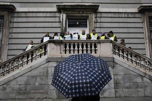 Un grupo de 'Iaioflautas' protestan ante el Arzobispado de Madrid.
