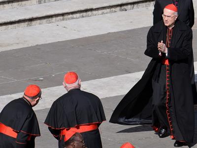 Tarcisio Bertone saluda a otros cardenales al llegar a la plaza de San Pedro, este miércoles. ALBERTO PIZZOLI / AFP