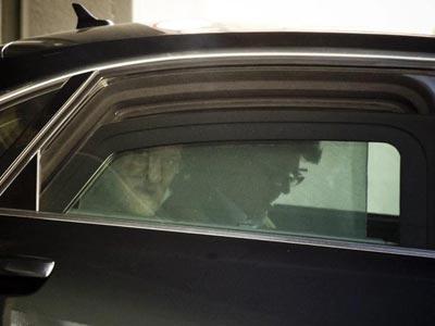 El presidente del Gobierno, Mariano Rajoy, ayer, nada más llegar a la sede de su partido en la calle de Génova de Madrid.