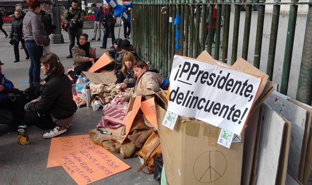 Acampados en la valla de la estatua de Carlos III en la Puerta del Sol.