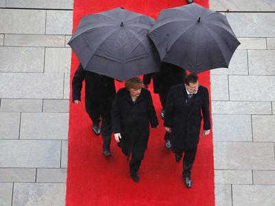 Mariano Rajoy con Angela Merkel, a su llegada a Berlín para la nueva cumbre hispano-alemana.