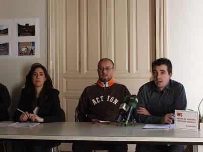 Marta mendiola (i), de Amnistía Internacional, Mohamed Raji y Javier Rubio (d), abogado de CAES, durante la rueda de prensa.