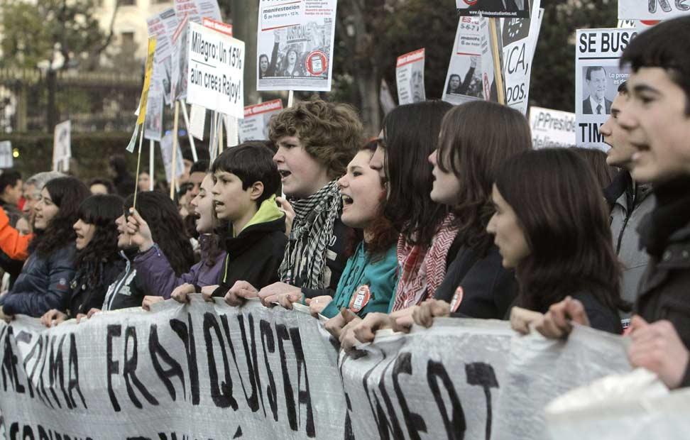 Cabecera de la manifestación convocada por la Plataforma Regional por la Escuela Pública de la Comunidad de Madrid celebrada hoy en la madrileña Plaza de Neptuno en defensa de la escuela pública y contra la ley educativa LOMCE.