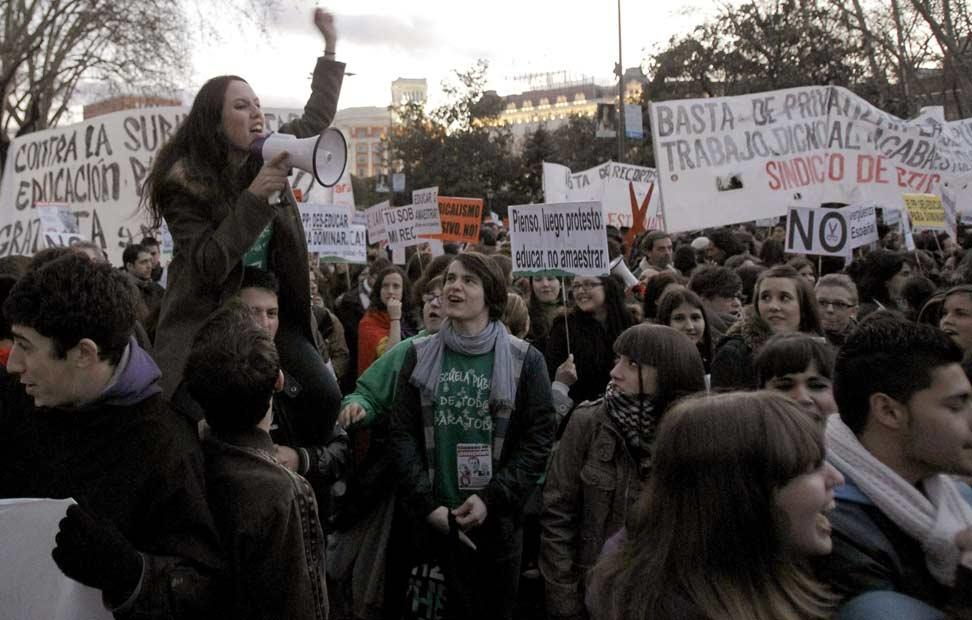 Cientos de jóvenes participan en la manifestación convocada por la Plataforma Regional por la Escuela Pública de la Comunidad de Madrid.
