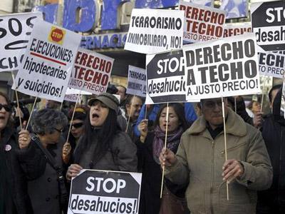 Protesta en Madrid de la PAH para pedir el fin de los desahucios.- EFE