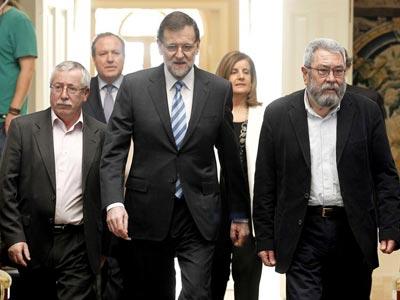 Mariano Rajoy acompañado de los secretarios generales de CCOO, Ignacio Fernández Toxo, y de UGT, Cándido Méndez, y seguido del presidente de CEPYME, Jesús Terciado, y la ministra de Empleo, Fátima Báñez. EFE