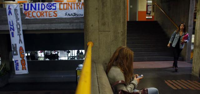 Una estudiante, entre clases, en una facultad de la Complutense de Madrid.
