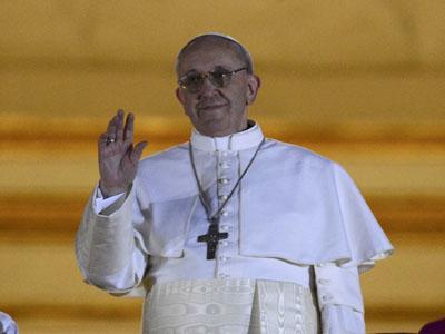 El cardenal argentino Jorge Mario Bergoglio, al salir al balcón de la Plaza de San Pedro como el Papa Francisco I.