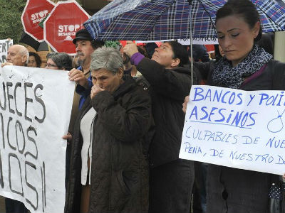 Un acto de protesta que se celebró tras el funeral del hombre que se quitó la vida poco antes de ser desahuciado en Granada. EFE/Miguel Ángel Molina