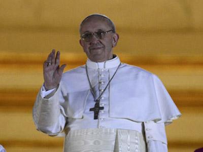 El cardenal argentino Jorge Mario Bergoglio, al salir al balcón de la Plaza de San Pedro como el Papa Francisco I.REUTERS.