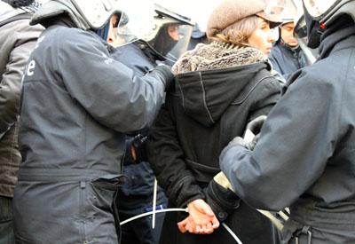 Una de las personas detenidas tras las manifestaciones en Bruselas contra la austeridad.