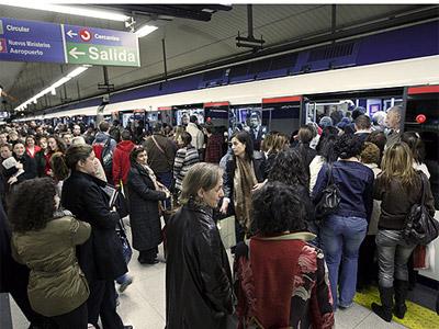 Aglomeraciones en una estación del Metro de Madrid durante una huelga en el suburbano. EFE