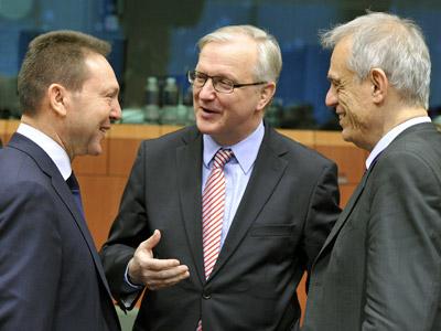 El comisario Olli Rehn conversa con los ministros de Finanzas griego y chipriota.-GEORGES GOBET / AFP