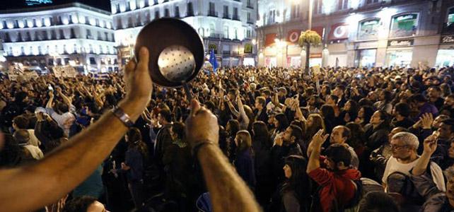 Cacerolada frente a la Puerta del Sol.- Juan Carlos Hidalgo (EFE)