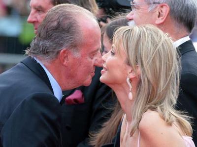 El rey saluda a Corinna durante un acto en 2006.