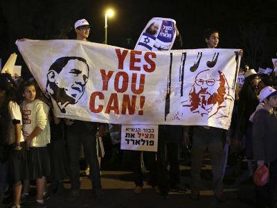 Manifestantes palestinos sostienen una pancarta con los rostros del presidente estadounidense, Barack Obama, y del espía israelo-estadounidense Jonathan Pollard. -EFE