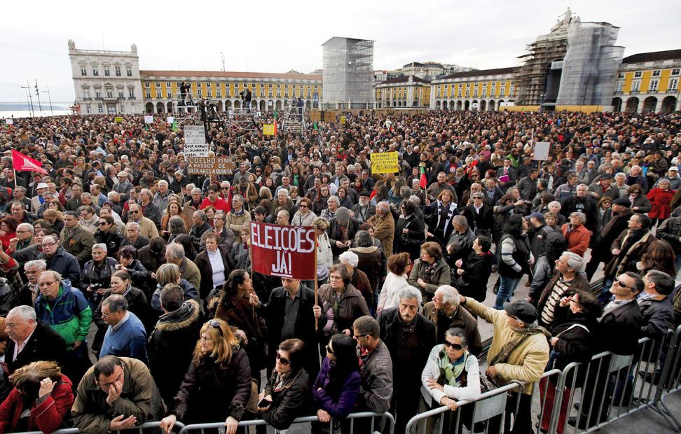 Los manifestantes ocuparon masivamente la Praca do Comercio en Lisboa, Portugal.