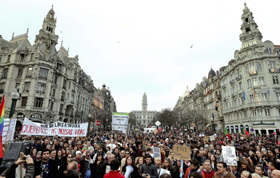 Oporto ha sido otra de las 40 ciudades que ha salido a la calle para protestar contra el desempleo (que llegó el mes pasado al 17,6 %) y la grave crisis económica y social que sufre Portugal.