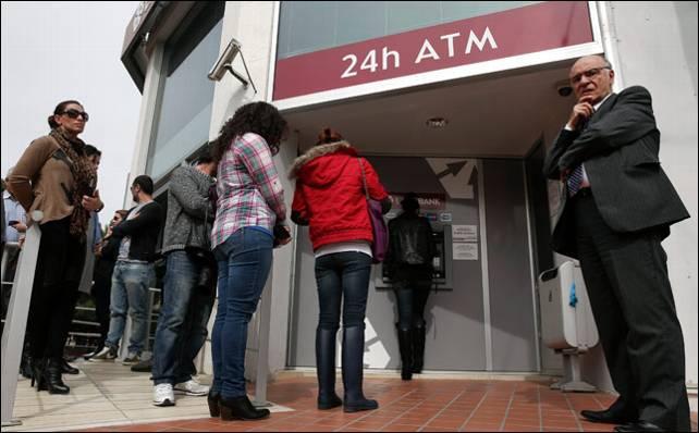 Los bancos chipriotas siguen presentando colas kilomátricas en los cajeros.- Reuters