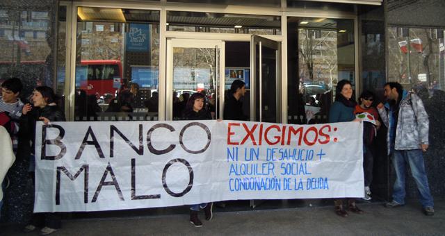 Activistas sostienen una pancarta en las puertas de las oficinas del SAREB.