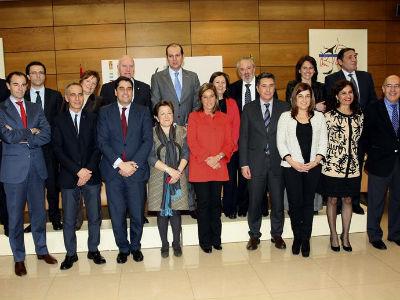 La titular de Sanidad, Ana Mato, con los consejeros autonómicos, esta tarde,en la sede del Ministerio. EFE