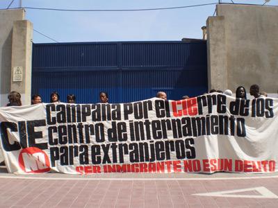 La Campaña por el cierre de los centros de internamiento protesta a las puertas del CIE Zapadores.