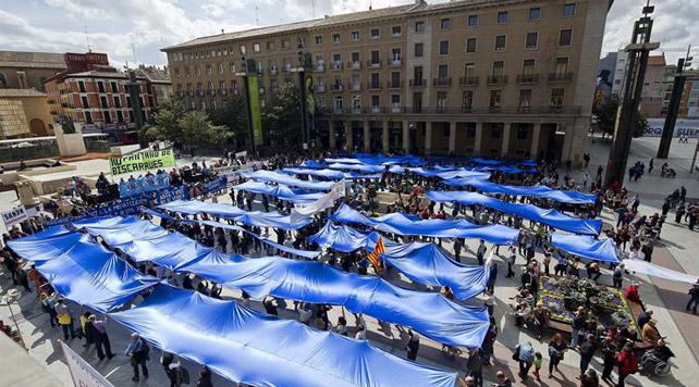 La Marea Azul contra la privatización del agua y de los ríos, se manifiesta este sábado en la plaza del Pilar de Zaragoza para rechazar la privatización del servicio público de suministro de agua.