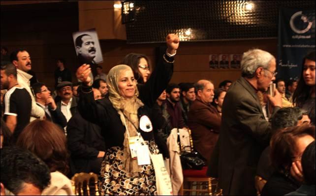 Una activista tunecina muestra la imagen de Chukri Belaid, asesinado por los islamistas el mes pasado.- L.G.S.