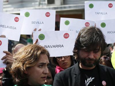 la portavoz de la PAH en Barcelon, Ada Colau junto al abogado de la platoforma, Rafael Mayoral, durante una rueda de prensa en Madrid el pasado 23 de marzo.