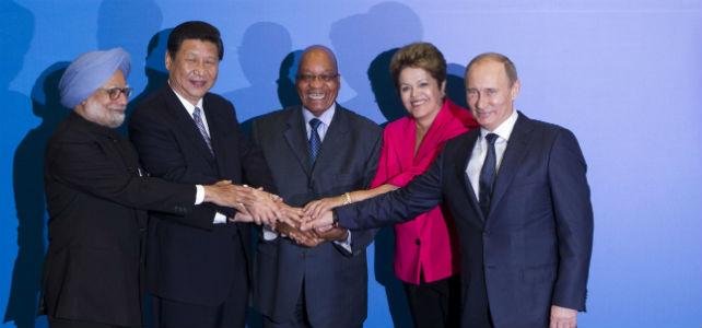De izquierda a derecha: el primer ministro indio, Manmohan Singh; el presidente Chino, Xi Jinping; el presidente sudafricano, Jacob Zuma; la presidenta de Brasil, Dilma Rousseff y el presidente ruso, Vladimir Putin durante la cumbre en Durban. -REUTERS