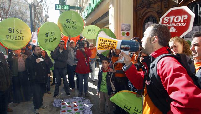 Miembros de la PAH realizan una escrache frente al domicilio de la diputada del PP por Valencia Belén Yuste.